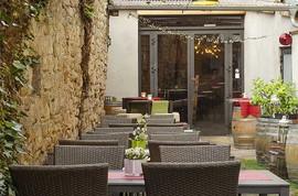 Hof mit mediterraner Atmosphäre - Weingasthaus Fassdaube